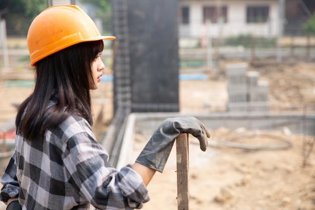 Trabajadores de la construcción construyen casas nuevas Foto gratis