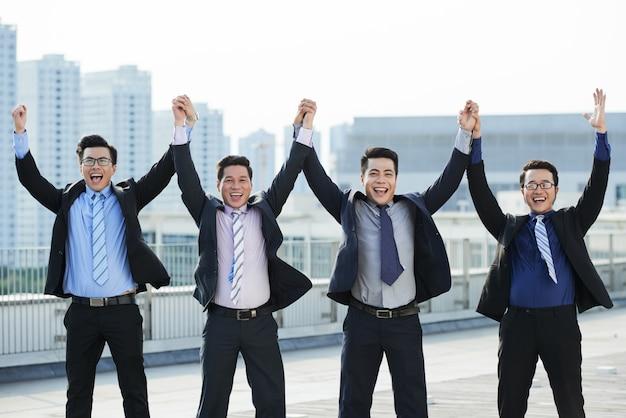 Trabajadores de cuello blanco celebrando la finalización del proyecto Foto gratis