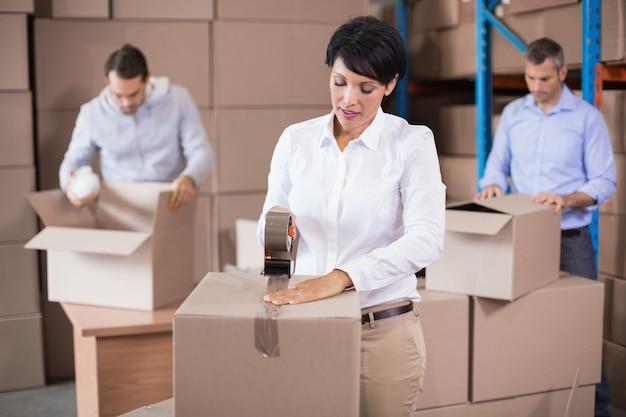 Resultado de imagen para almacenes con personas y cajas