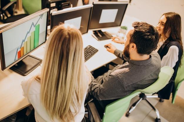 Trabajadores de una empresa de ti que trabajan en una computadora Foto gratis