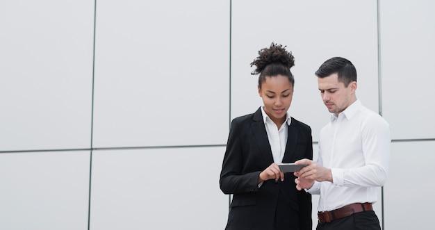 Trabajadores de negocios revisando teléfono Foto gratis