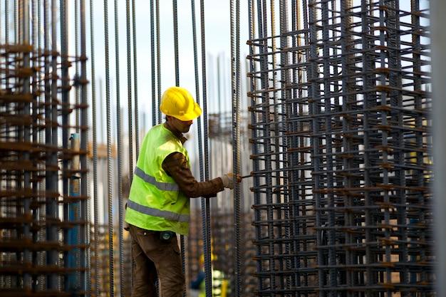 Trabajando duro para construir el hombre trabajador de la construcción Foto gratis