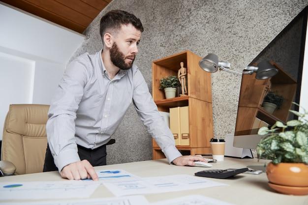 Trabajando en informe financiero Foto gratis