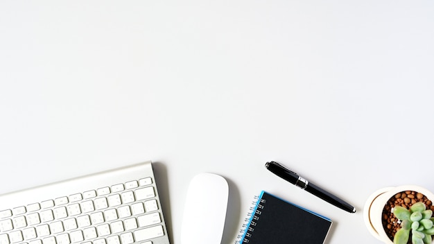 Trabajando con ordenador portátil y cactus copyspace en el fondo de la tabla. concepto de negocio Foto Premium