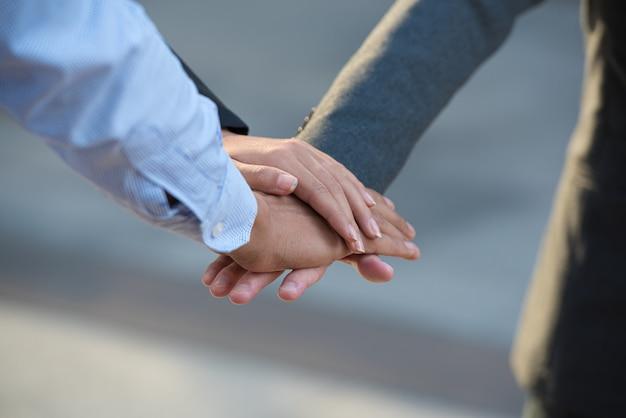 El trabajo en equipo de gente de negocios junta las manos. Foto Premium