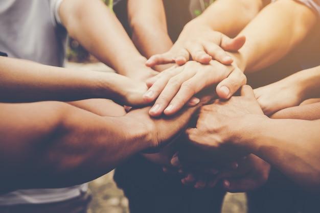 Trabajo en equipo de negocios se unen. concepto de trabajo en equipo empresarial Foto gratis