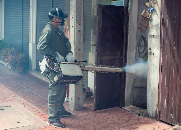 El trabajo del hombre se empaña para eliminar el mosquito y el virus zika Foto Premium