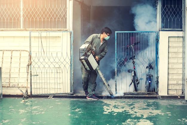 El trabajo del hombre se empaña para eliminar el mosquito Foto Premium