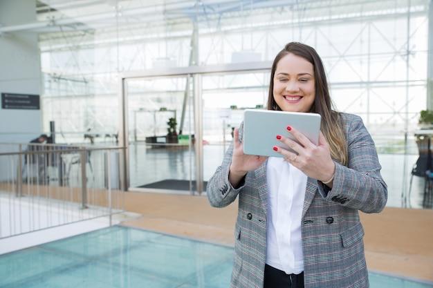 Trabajo positivo profesional de negocios en tableta Foto gratis