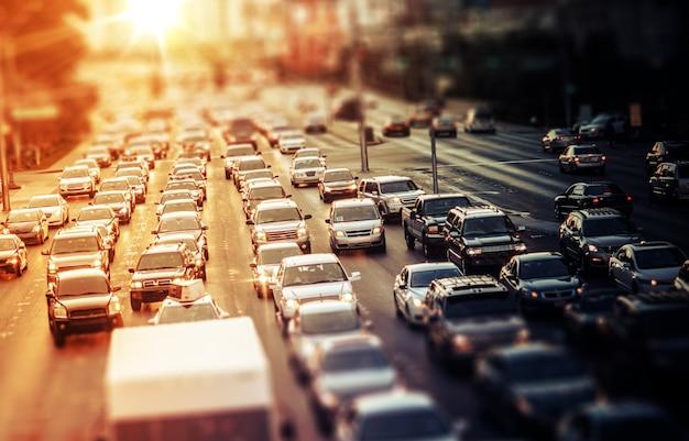 Tráfico de la carretera en la puesta del sol Foto gratis