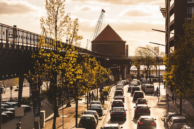 Tráfico en hamburgo al atardecer, carretera transitada con coches Foto Premium