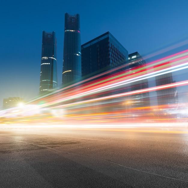 Tráfico en la noche en nan chang Foto Premium