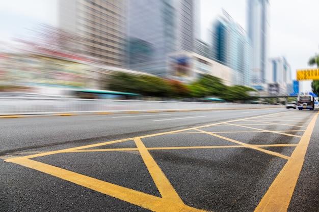 Tráfico urbano con paisaje urbano Foto gratis