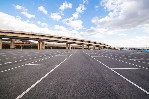 El tráfico de vehículos cuadrado contraste aparcamiento Foto gratis
