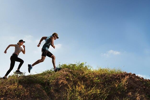 1a07f41e9a0 Trail runner de hombres y mujeres corriendo en la montaña ...