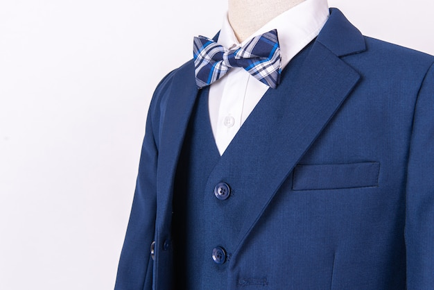 b81450877 Traje de chaqueta azul para hombre hermoso con camisa y pajarita sobre  fondo blanco