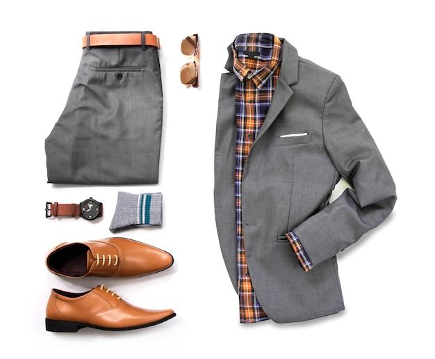 Trajes casuales de hombres para ropa de hombre con traje gris, reloj, gafas de sol, pantalones, calcetines, camisa y zapatos oxford aislados sobre fondo blanco, vista superior. Foto Premium