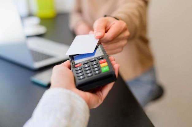 Transacción sin contacto en primer plano con tarjeta de crédito Foto Premium