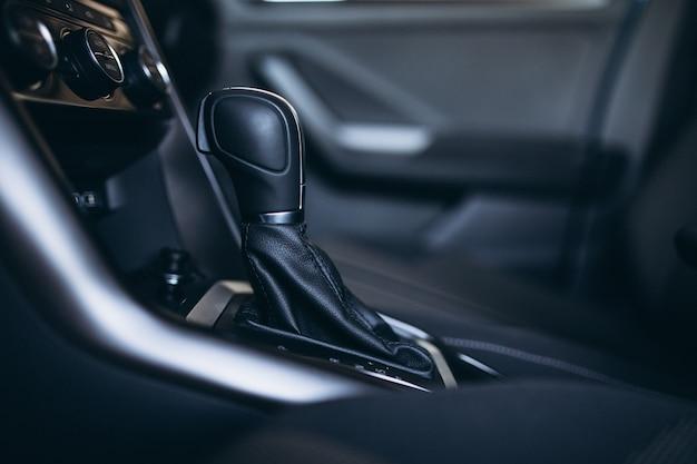 Transmisión del coche dentro de un salón del automóvil de cerca Foto gratis