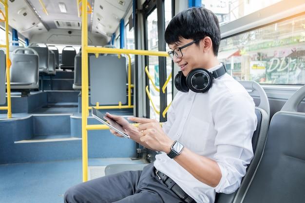 Transporte de pasajeros. personas en el autobús, escribiendo un mensaje mientras viajan a casa. Foto Premium