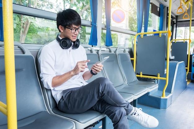 Transporte de pasajeros. personas en el autobús, escuchando música mientras viajan a casa. Foto Premium