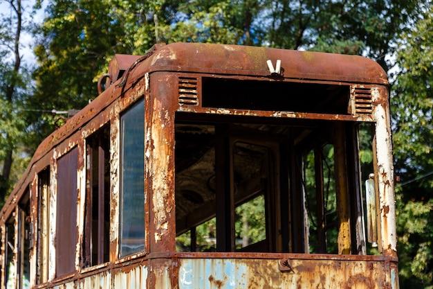 Tranvía abandonada oxidada vieja al aire libre en el día soleado. Foto Premium
