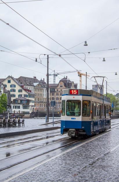 Tranvía en las calles de zurich Foto Premium