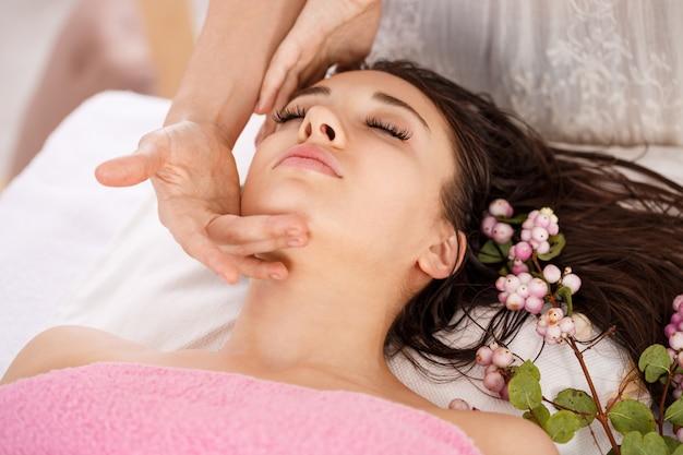 Tratamiento de belleza facial en el salón de spa. cuidado del cuerpo y la piel Foto gratis