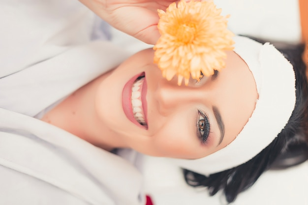 Tratamiento de spa cuidado facial. masaje facial profesional. masajista facial de salud. Foto Premium