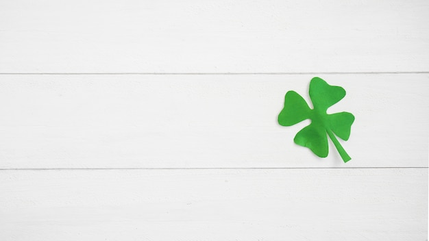 Trébol de papel verde a bordo Foto gratis