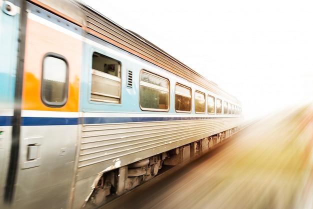 Tren clásico en movimiento con puesta de sol. efecto de desenfoque de movimiento. concepto de tren de velocidad. copia espacio Foto Premium