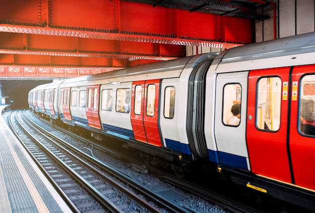 Tren subterráneo en la estación de tren de londres Foto Premium