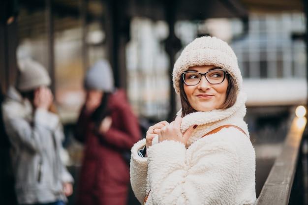 Tres amigas en traje de invierno en la calle Foto gratis