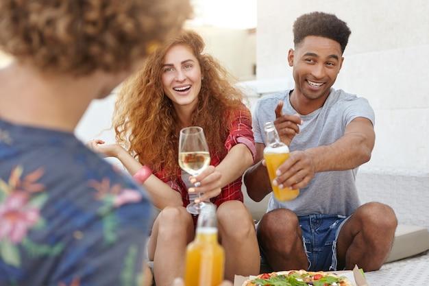 Tres amigos pasar tiempo en un pub durante la cena Foto gratis