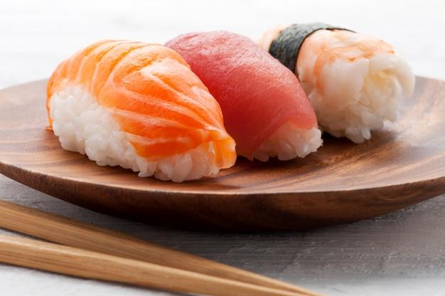 Tres diferentes sushi nighiri Foto Premium