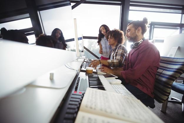 Tres ingenieros de sonido trabajando juntos Foto gratis