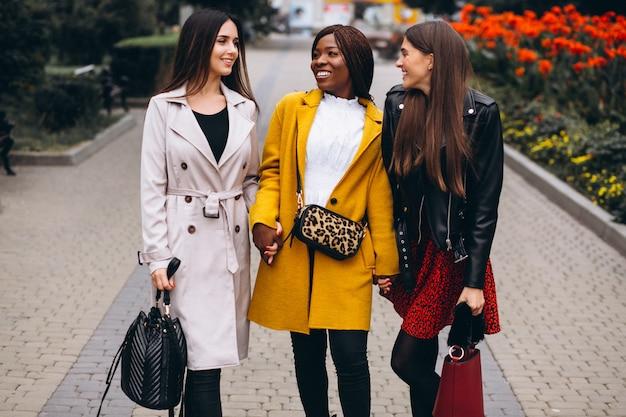 Tres mujeres multiculturales después de ir de compras. Foto gratis