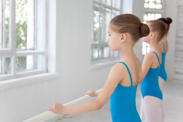 Tres niñas ballet posando juntos Foto gratis