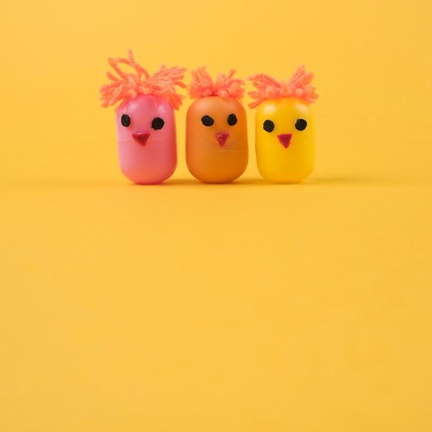 Tres pollos hechos de cajas de juguetes de huevo. Foto gratis