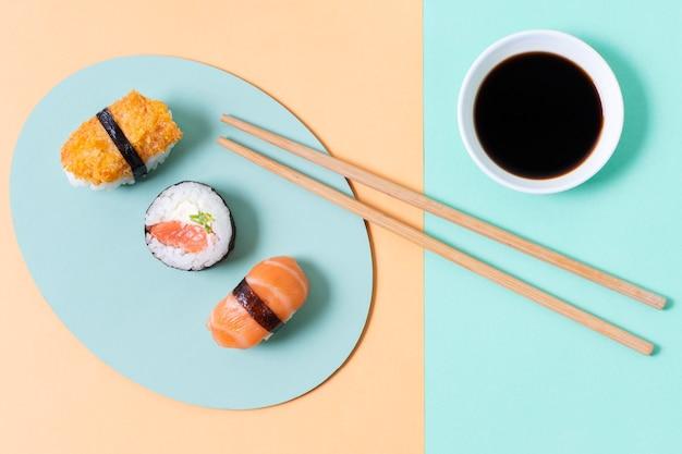 Tres rollos de sushi en plato Foto gratis