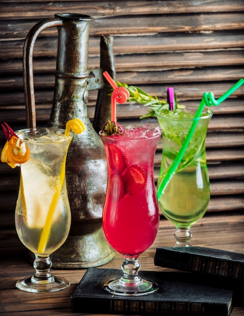 Tres tipos de coloridos cócteles de verano con frutas. Foto gratis