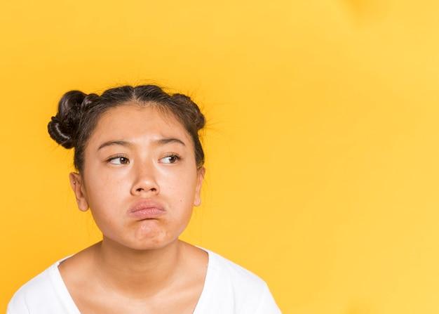 Triste mujer asiática con espacio de copia de cabello atado Foto gratis