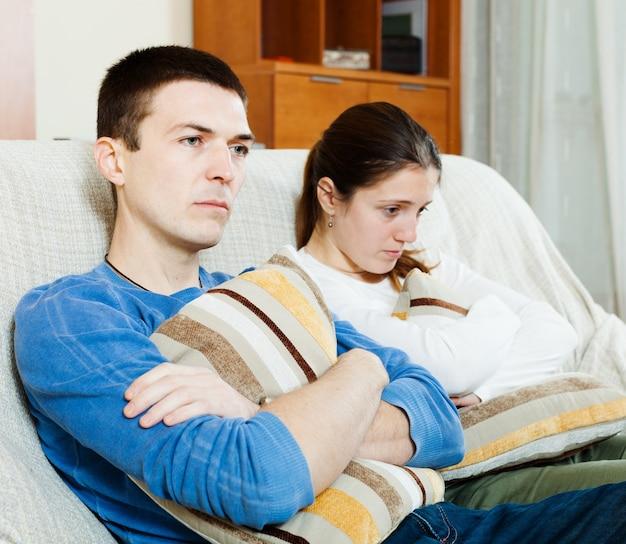Tristeza hombre y mujer infeliz que tiene problemas Foto gratis
