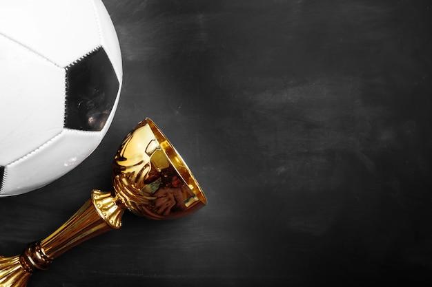 Trofeo de la copa y balón de fútbol Foto Premium