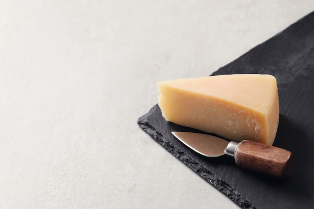 Trozo de queso sobre un mantel Foto gratis