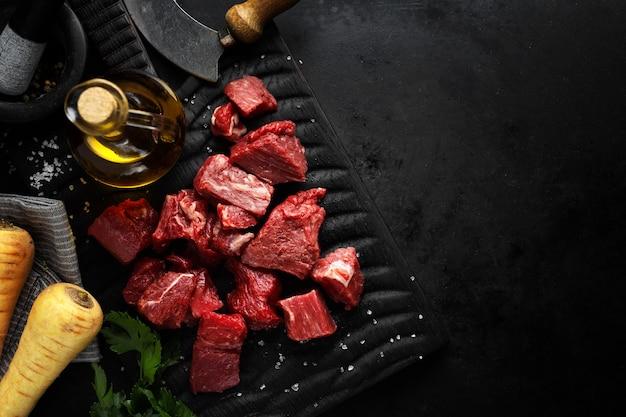 Trozos de carne con ingredientes servidos en la mesa Foto gratis