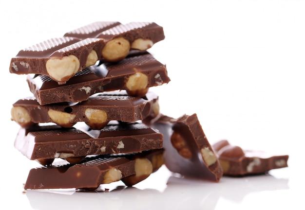 Trozos de chocolate con leche con nueces Foto gratis