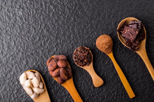 Trozos de chocolate negro triturados y granos de cacao, vista superior Foto Premium