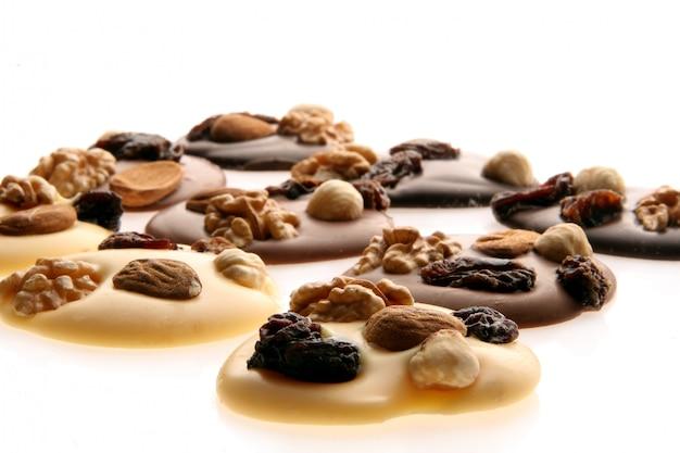Trozos de chocolate con nueces Foto gratis