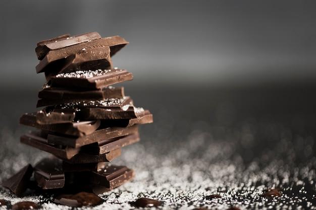 Trozos de chocolate en una pila y espacio de copia Foto gratis